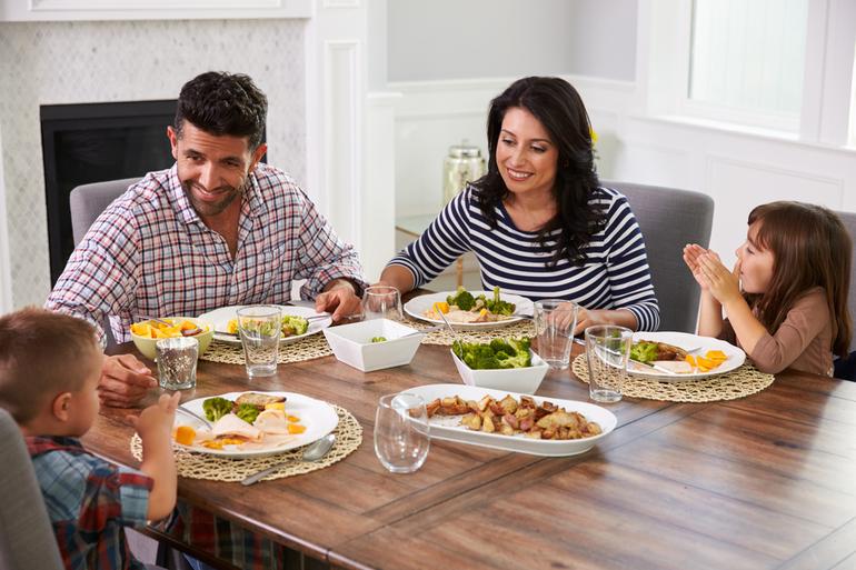 Семья за ужином