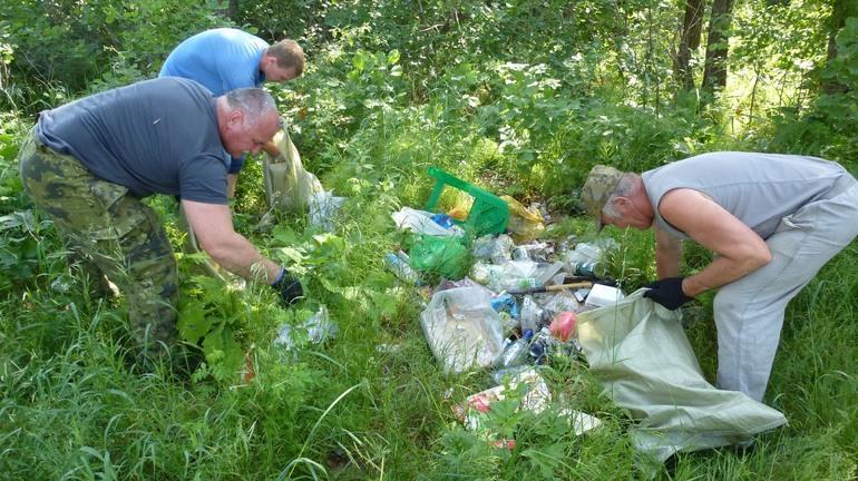 Не оставлять после себя мусор на берегах водоемов и лесах
