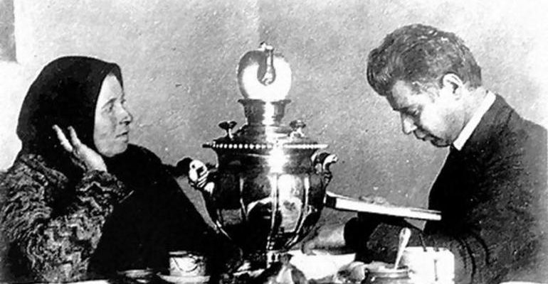 Сергей Есенин с мамой